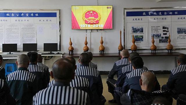 I detenuti assistono ai video propagandistici del PCC