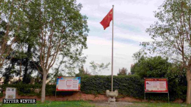 La bandiera nazionale e cartelloni