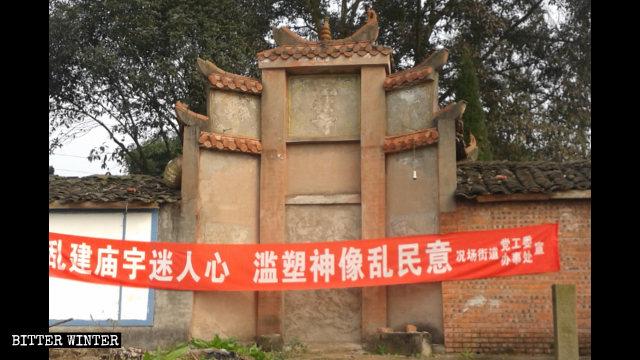 Uno striscione all ingresso di un tempio avverte