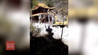 Centinaia di poliziotti presidiano la demolizione dei templi