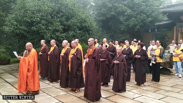 abate del tempio di Nantai Rock tiene un discorso
