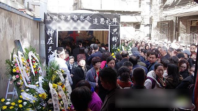 Cristiani partecipano a un funerale