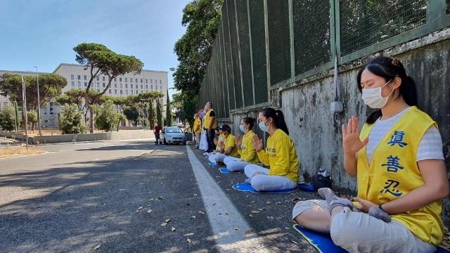 I praticanti del Falun Gong protestanto silenziosamente