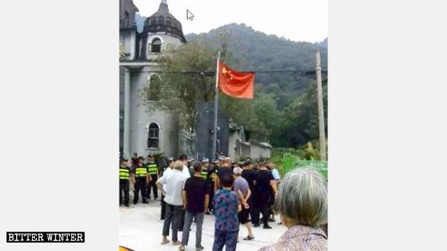 Le guardie di sicurezza bloccano i fedeli