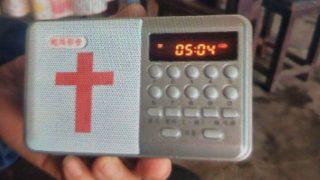 Indagati per avere venduto o acquistato lettori di file audio della Bibbia