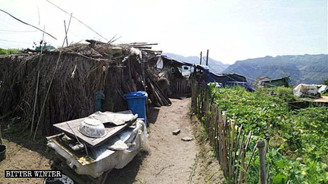 Una delle capanne di bambù dove vivono oltre trenta anziani
