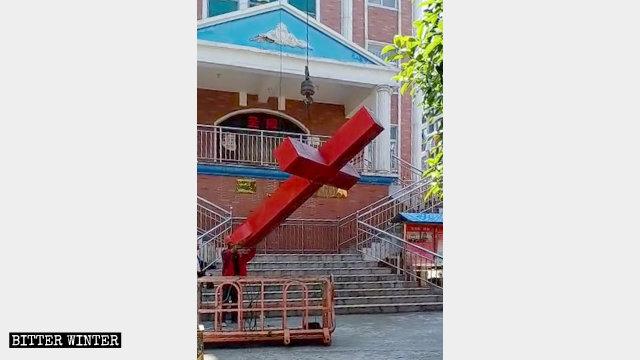 è stata rimossa la croce