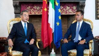 Il drago e il topo: il ministro cinese degli Esteri incontra il proprio omologo italiano tra le proteste