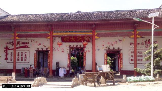 interno del tempio è stato affisso uno striscione