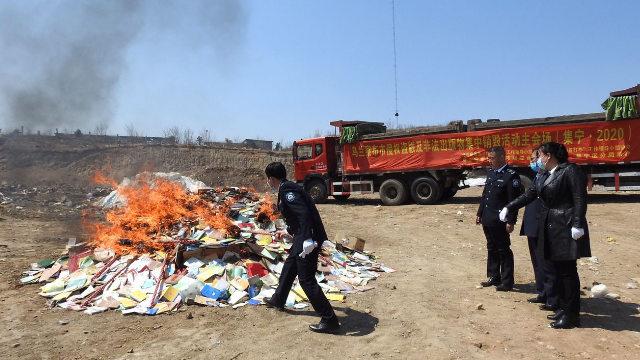sono state date alle fiamme le pubblicazioni ritenute illegali