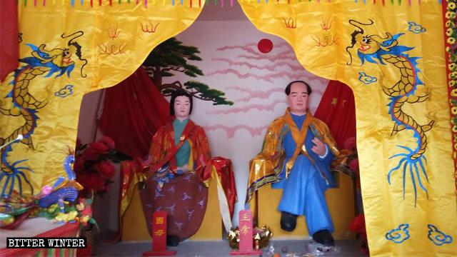 Fedeli in gran numero pregano in un tempio della religione popolare