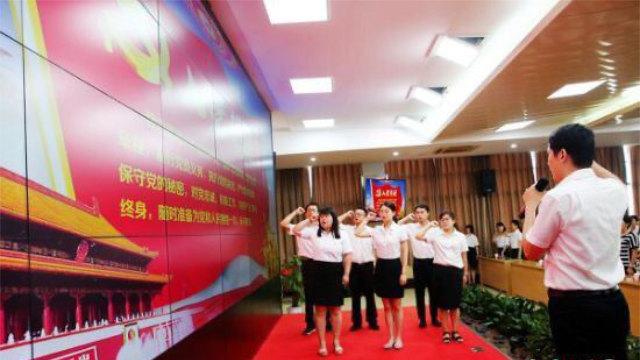 Insegnanti che giurano fedeltà al Partito Comunista