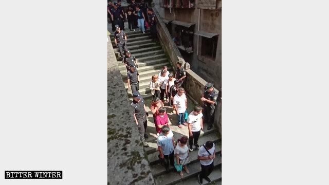 La polizia ha portato via più di 50 fedeli