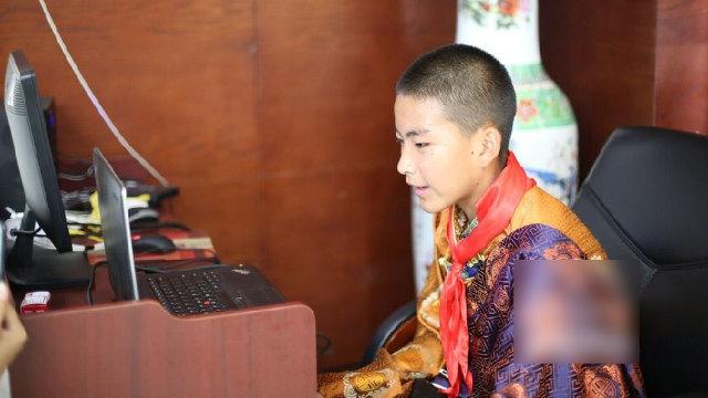 Uno studente tibetano della scuola media